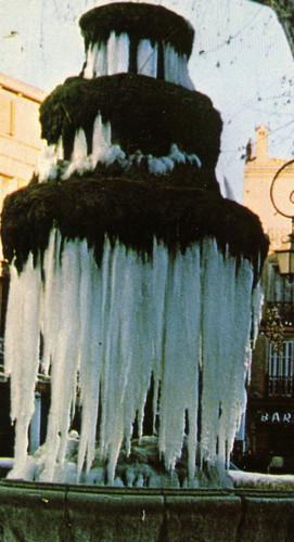 La fontaine de la place Caramy telle que l'ont vu les Brignolais et Brigolaises certains jours de grand froid (Louis Chenoz)